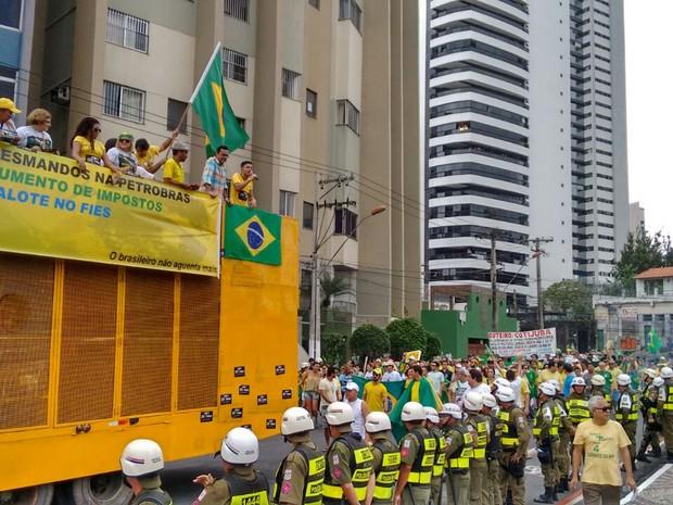 Grupo seguiu em marcha até a Visconde de Souza Franco, de onde retornaram para a Praça da República (Foto: Alexandre Yuri / G1)