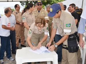Policiais Rodoviárias Federais entregaram os cagos na Paraíba (Foto: Walter Paparazzo/G1)