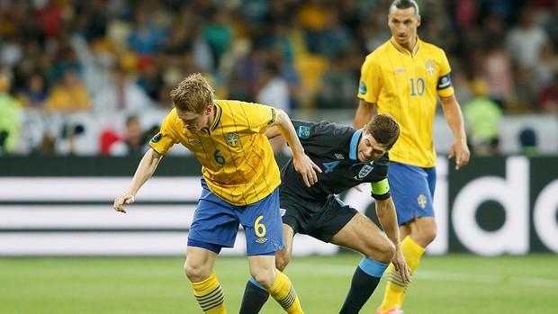 Rasmus Elm e Steven Gerrard, Suécia x Inglaterra (Foto: Agência Reuters)