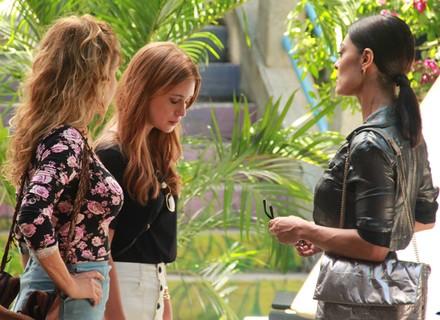 Carolina conta para Eliza sobre aposta