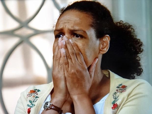 Aurélia fica chocada com a decisão da patroa (Foto: TV Globo)