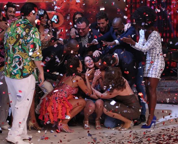 A galera abraça a grande campeã do Dança dos Famosos 2013 (Foto: Domingão do Faustão / TV Globo)