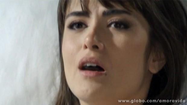 Patrícia é surpreendida pela notícia (Foto: Amor à Vida/TV Globo)