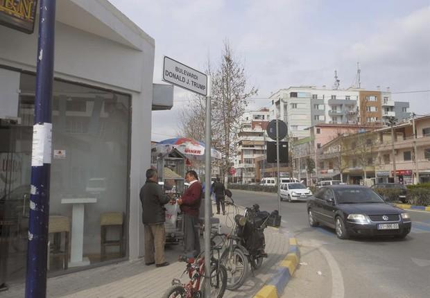 Vista da rua que leva o nome do presidente norte-americano Donald Trump em Kamza, uma das cidades mais pobres da Albânia (Foto: Mimoza Dhima;EFE)