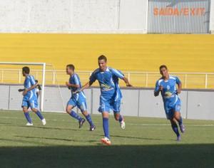 Rogério e jogadores do Acriano comemoram gol no Florestão (Foto: João Paulo Maia)