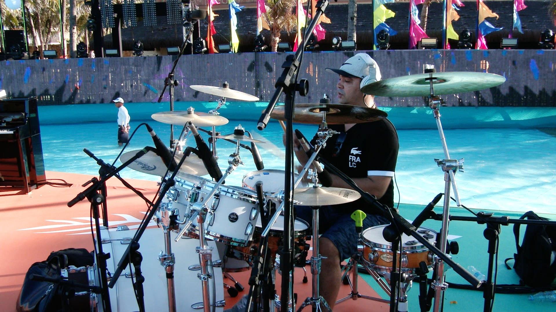 Todos os integrantes da banda estavam literalmente dentro da piscina. (Foto: TV Verdes Mares)
