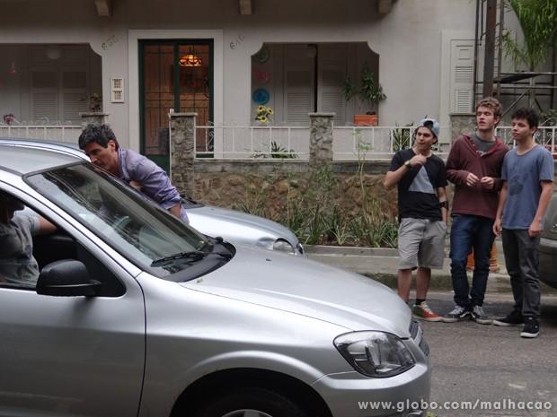 Vai  dar xabu! Sidney e os amigos desconfiam da armação de Aberlardo.  (Foto: Malhação/TV Globo)