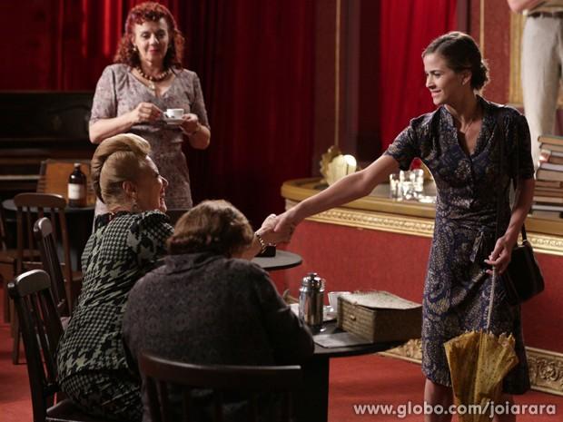 Hilda conta história triste e consegue emprego de camareira no cabaré (Foto: Fábio Rocha/TV Globo)