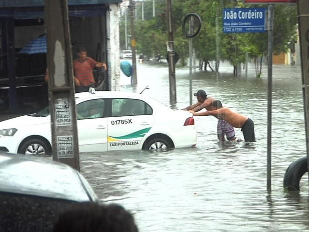 Chuva causa alagamentos em Fortaleza (Foto: Reprodução/ TV Verdes Mares)