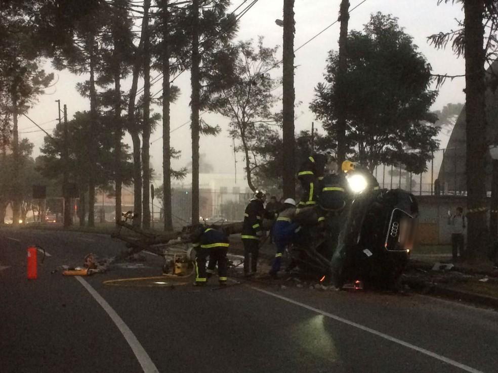 Motorista bateu contra um poste e morreu na hora  (Foto: Elcio Branco/RPC)