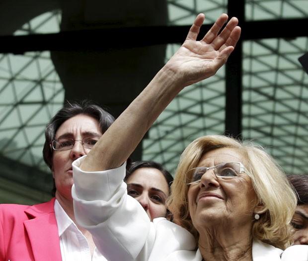 A nova prefeita de Madri, Manuela Carmena, saúda apoiadores ao entrar para cerimônia de posse neste sábado (13) (Foto: Andrea Comas/Reuters)