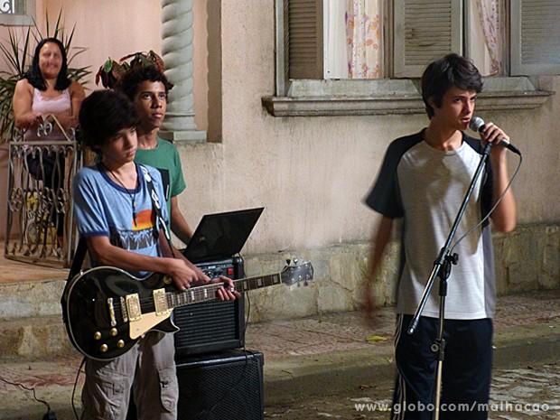 Vitor canta um heavy metal para Clara e assusta a vizinhança (Foto: Malhação / TV Globo)