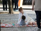 Ana Paula Tabalipa brinca com os filhos em gravação de Ana Hickmann