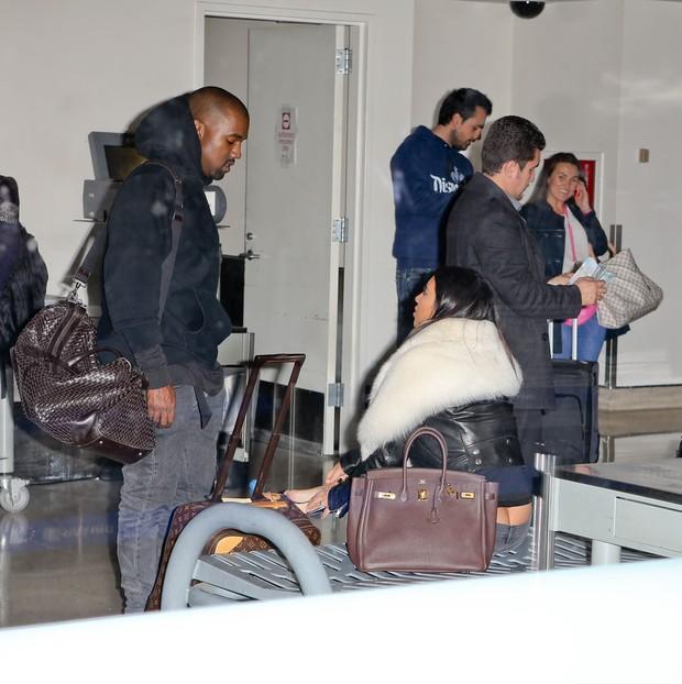 X17 - Kanye West e Kim Kardashian em aeroporto de Los Angeles, nos Estados Unidos (Foto: X17online/ Agência)