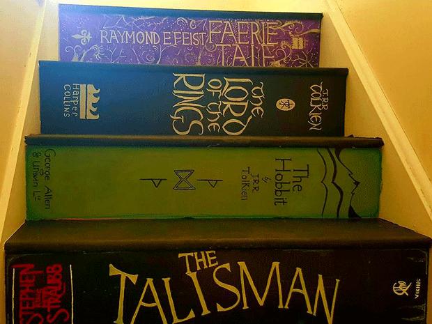 Britânica pinta escada de casa em homenagem a seus livros favoritos (Foto: Pippa Branham/Facebook)