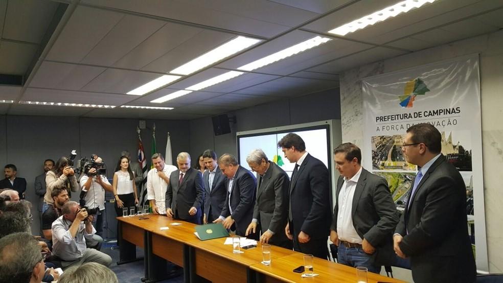 Assinatura do contrato do BRT, em Campinas (Foto: Fernando Pacífico/G1 )