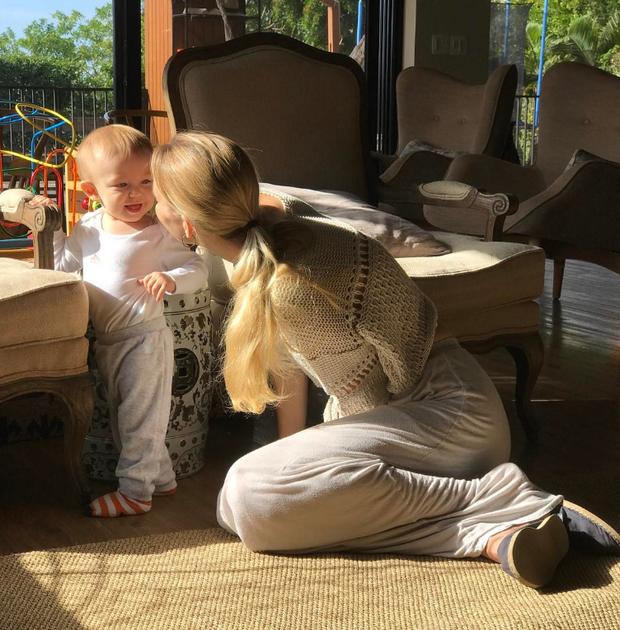 Carol Trentini com o filho caçula (Foto: Reprodução/Instagram)