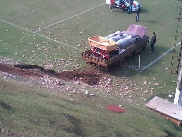 Caminhão só parou no meio do campo de futebol  (Foto: Marcos da Silva Luiz )