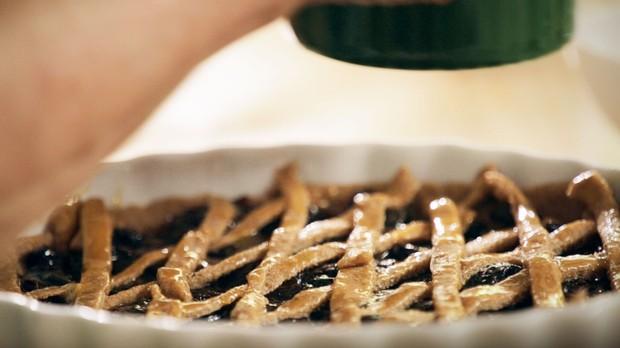 Torta de ameixa da vov: receita da Bela Gil para o Bela Cozinha especial de Natal (Foto: Reproduo/GNT)