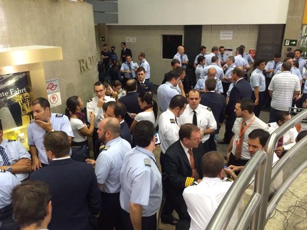 Funcionários de empresas aéreas reunidos no saguão de Viracopos, em Campinas (Foto: Felipe Albertoni/G1)