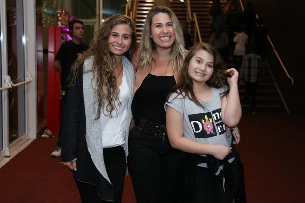 Andréia Sorvetão e as filhas Duda e Giovanna (Foto: Roberto Filho / BrazilNews)