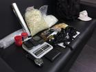 Homem confessa tráfico e PM acha   2,4 mil porções de crack e cocaína