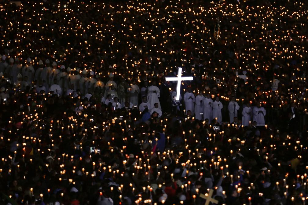 Peregrinos participam de vigília de velas nesta sexta-feira (12) no Santuário de Fátima, em Portugal (Foto: REUTERS/Pedro Nunes)