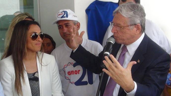 Ao lado da jogadora alagoana, governador Teotonio Vilela inaugura Memorial Rainha Marta (Foto: Denison Roma / GloboEsporte.com)