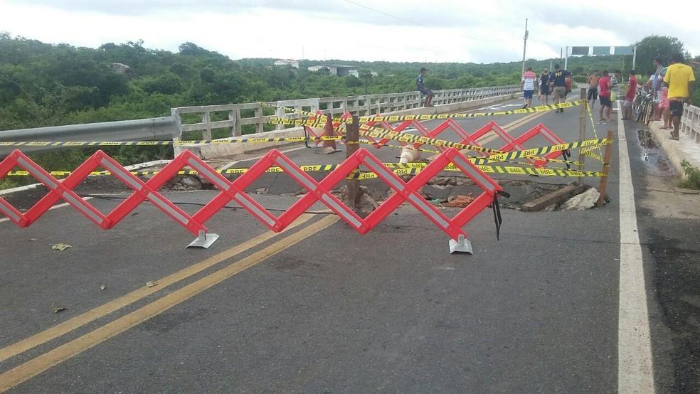 Veículos pesados e automóveis estão impossibilitados de trafegar pela ponte (Foto: Divulgação/PRF)