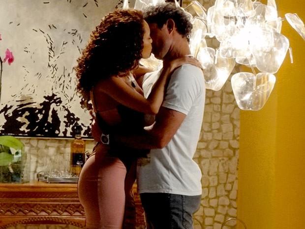 Penha e Gilson: é só paixão (Foto: Cheias de Charme / TV Globo)