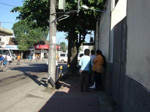 Ponto de ônibus fica sobre a ciclovia de Santa Cruz. (Foto: Mariucha Machado/G1)