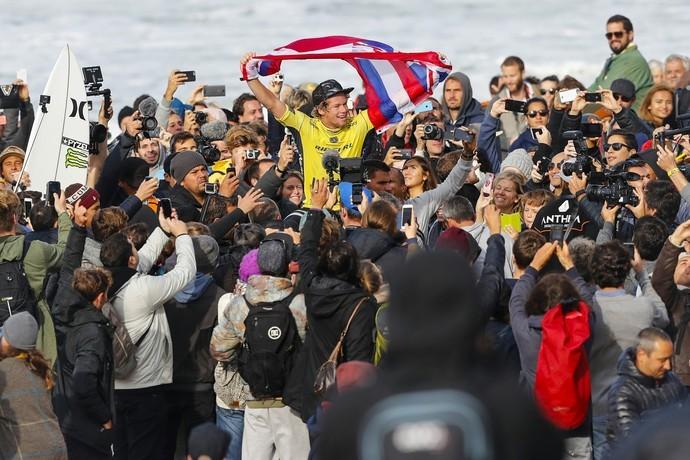 John John  carregado por torcedores e fs ao sair da gua em Peniche como novo campeo mundial (Foto: Divulgao/WSL)