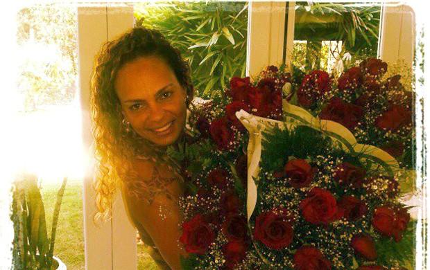 Ronaldinho Ga�cho mulher flores Boleirama (Foto: Reprodu��o / Facebook Oficial)