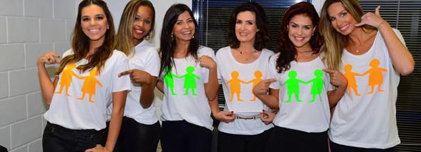 Mariana Rios, Roberta Rodrigues, Ana Lima, Fátima Bernardes, Paloma Bernardi e Mariana Weickert atendem ligações para doações (Foto: TV Globo)
