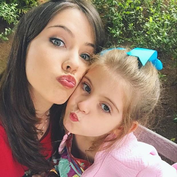 Bia Arantes e Lorena Queiroz, estrela mirim de 'Carinha de Anjo' (Foto: Reprodução/Instagram)