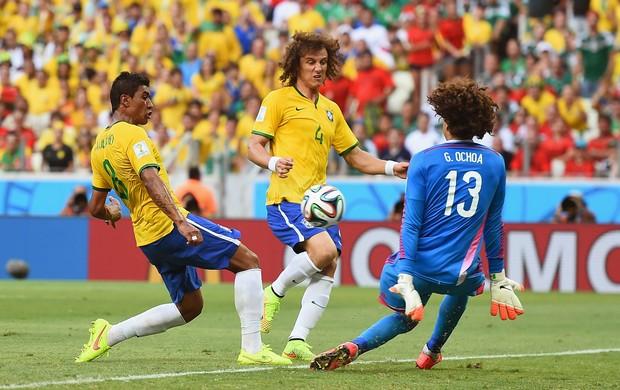 Guillermo Ochoa, Paulinho eDavid Luiz Brasil x Mexico (Foto: Getty Images)