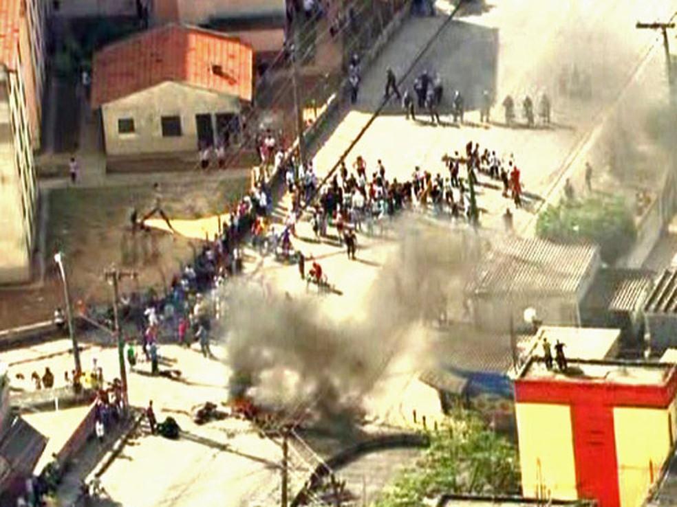 Moradores protestaram contra a morte de um adolescente por policiais militares na Zona Leste de SP (Foto: Reprodução/TV Globo)