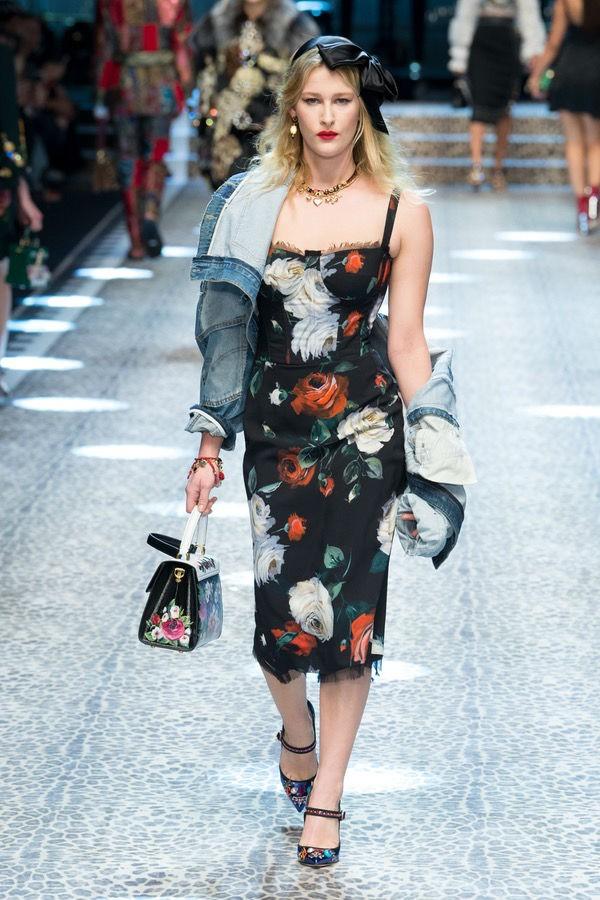 O modelo Dolce & Gabbana ganha a companhia de jaqueta jeans, camuflando braços fora de forma (Foto: imaxtree)