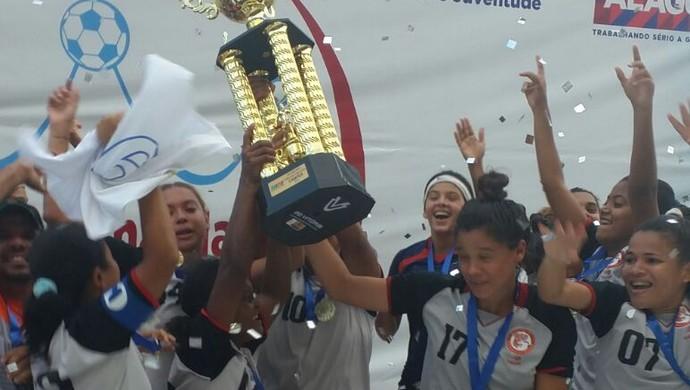 União levanta a taça de campeão alagoano de futebol feminino (Foto: Augusto Oliveira / GloboEsporte.com)
