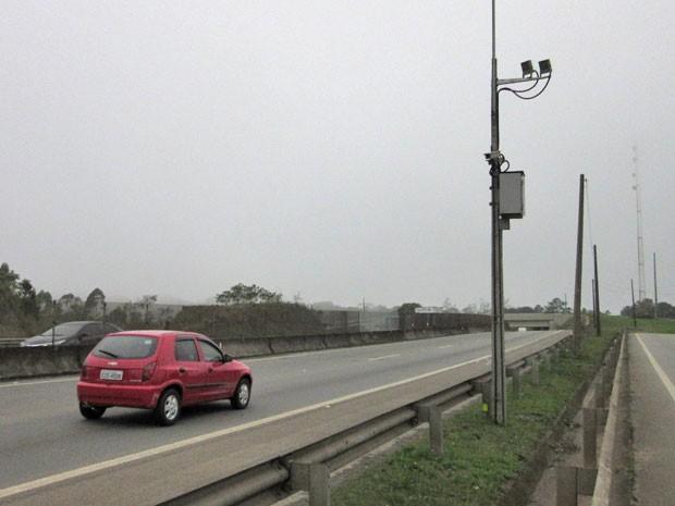 Radar que mais multou em 2014 nas estradas paulitas foi responsável por 59 mil autuações; ele fica no km 38 da Rodovia Raposo Tavares (Foto: Márcio Pinho/G1)