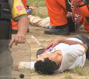 Simulação de torcedor ferido com faca no Por do Sol (Foto: Reprodução/RBS TV)