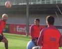 """Muita habilidade: Barça posta vídeo com Messi e Suárez em """"futevôlei"""" sentado"""