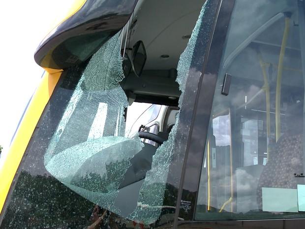 Vidros de dois ônibus foram quebrados (Foto: José Carlos Rocha/RBS TV )