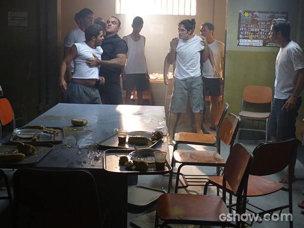Antônio sendo agredido no reformatório (Foto: Malhação / TV Globo)