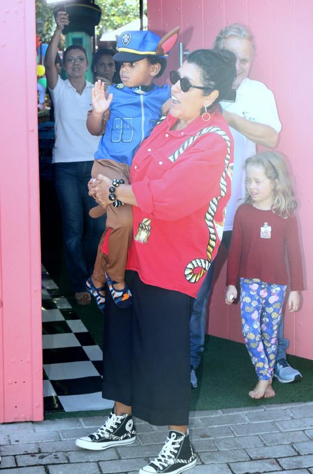 Regina Casé celebra aniversário de caçula, Roque (Foto: Daniel Delmiro/AgNews)