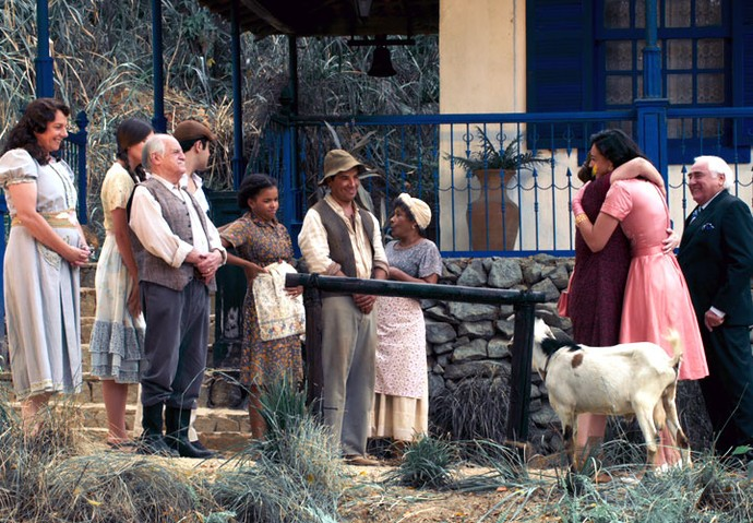 Filomena é recebida pela família na fazenda (Foto: TV Globo)