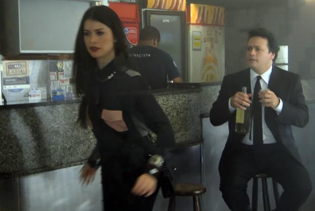 Alinne Morais e Danton gravam em bar carioca (Foto: TV Globo/Como aproveitar o fim do mundo)