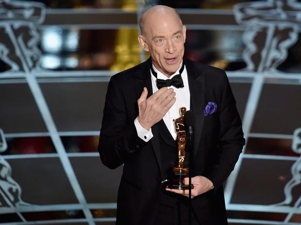 J.K. Simmons recebe o Oscar de melhor ator coadjuvante por 'Whiplash' (Foto: Kevin Winter/Getty Images/AFP)