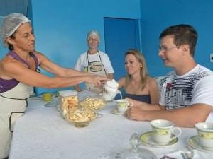 Mara serve chá aos clientes (Foto: Flávio Godoi/G1)