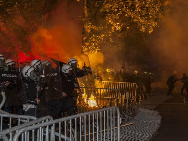 Policiais entram em confronto com manifestantes em frente ao Parlamento em Montenegro, neste sábado (24) (Foto: REUTERS/Stevo Vasiljevic)